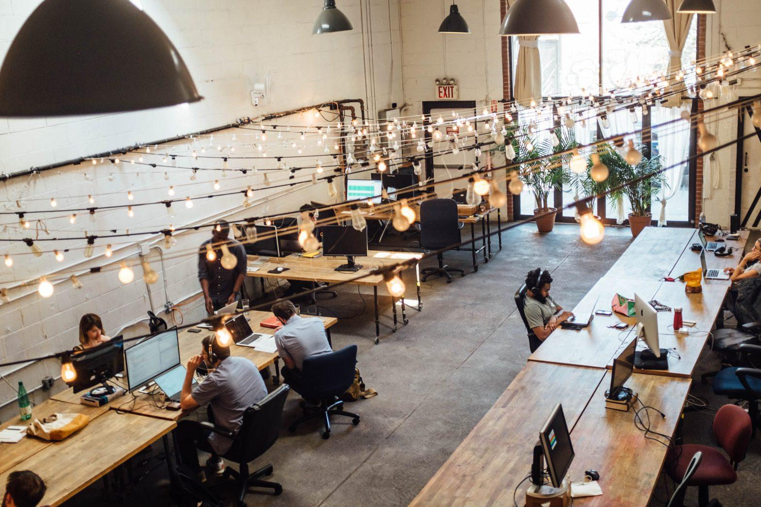Cilvēki strādā pie datoriem birojā