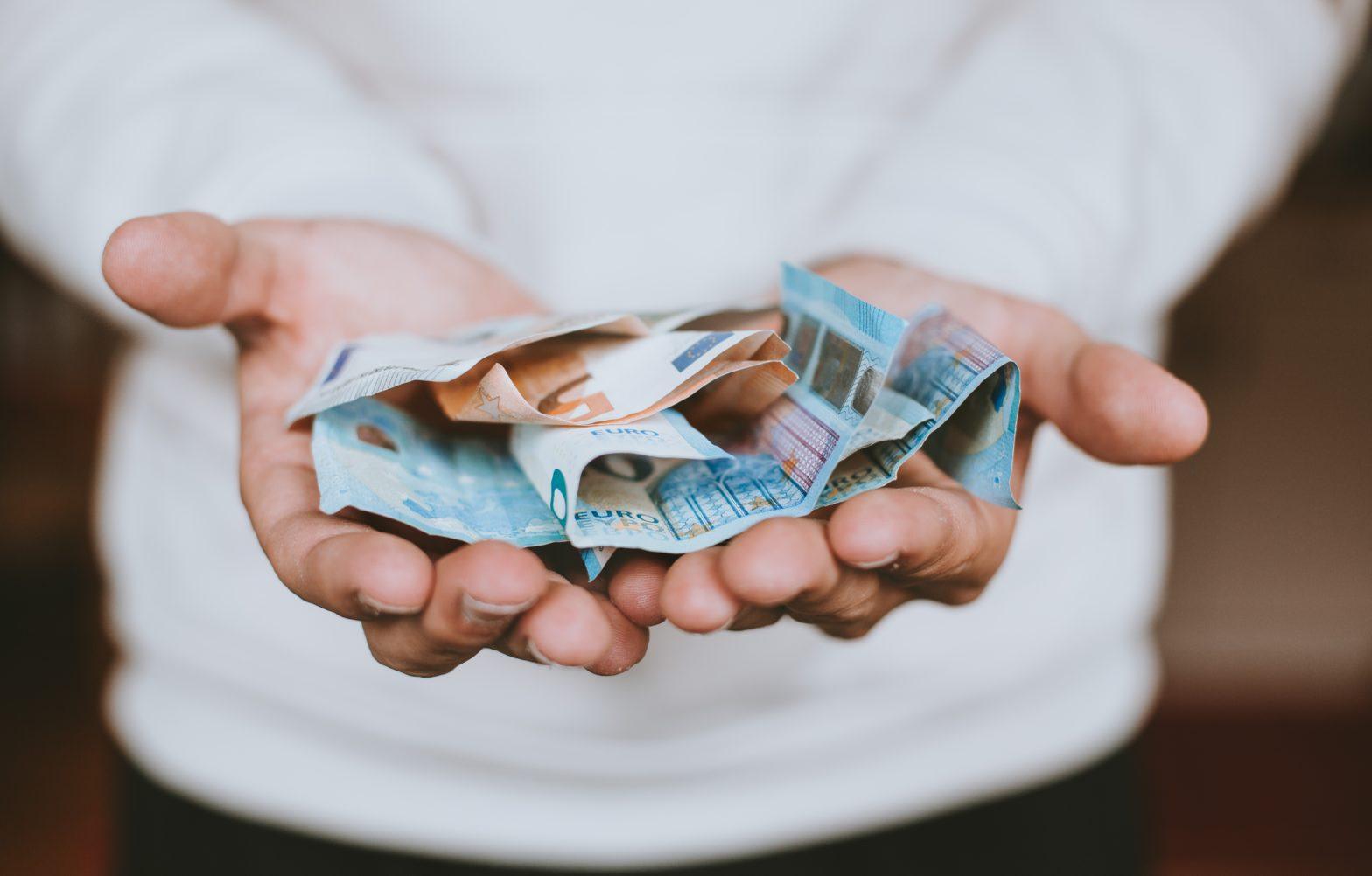 Eiro naudas banknotes cilvēka rokās